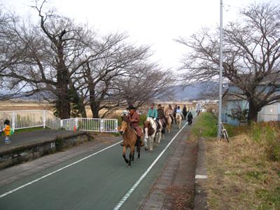 りんりんロード樺穂駅を通過です。