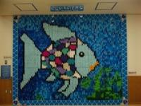 折り紙で作った「虹色の魚」