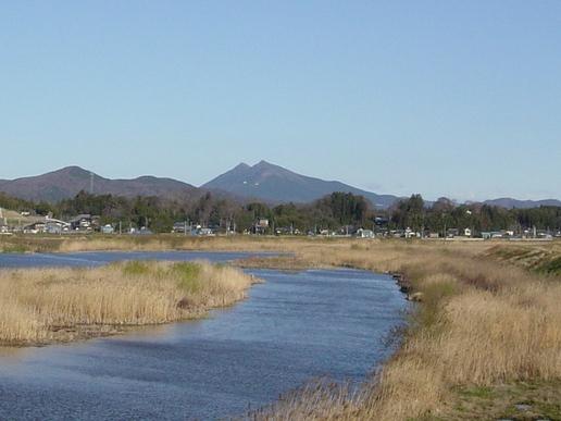 石岡市恋瀬橋から筑波山を望む