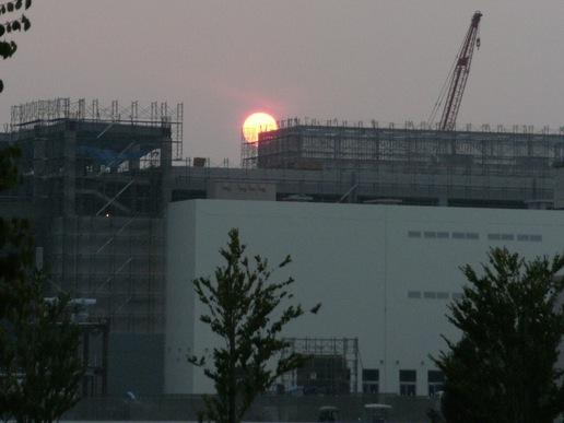 建設中のイーアスに沈む夕陽