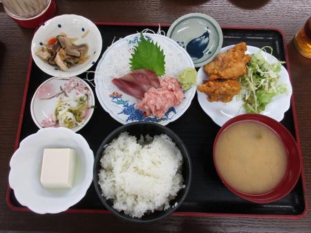 三色丼とからあげの定食が700円と大満足の定食やさん「おかだ」