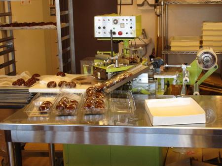 「みつお万寿」花室店にはまんじゅうを包装する機械まであった!
