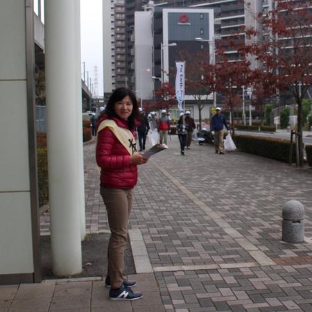 地元、研究学園駅で挨拶する「島田ゆみこ」さん。いよいよ明日が市議選です!