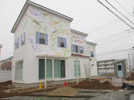 コストコ近く、お花が描かれた素敵な建物の正体は!
