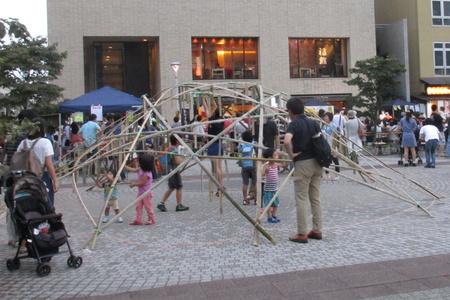 筑波大「盆ライブ実行委員会」汗水流し短冊を吊るす竹ドームを作った!