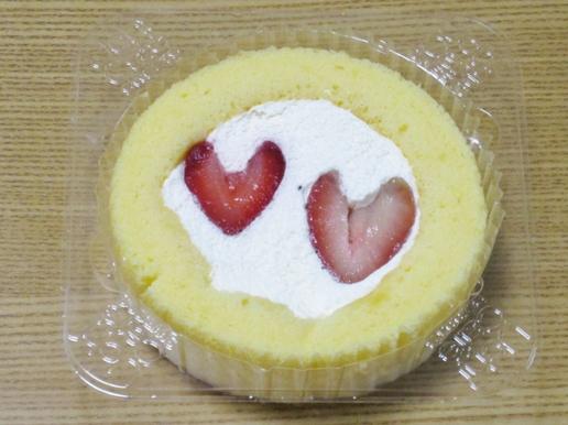 ハート形のいちごがのった超レアなローソンのプレミアムロールケーキ(いい夫婦の日)をゲット!