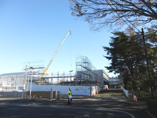 生徒増えすぎ対処のため春日学園で新校舎増築工事が行われています!軽量鉄骨2階建て11教室がこの冬完成します。