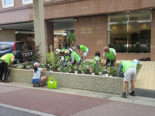 子供達もお手伝いし研究学園東横インに花壇を作りました!素敵な花壇を維持するよう見守り続けます!!