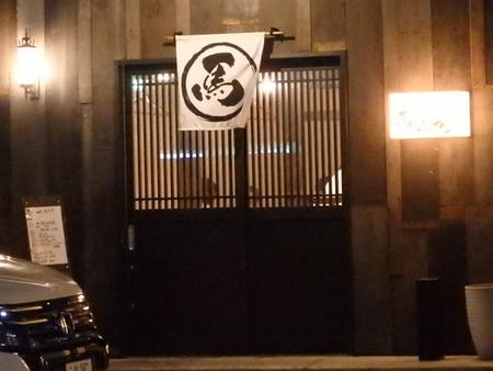 ケンタッキーフライドチキンの裏通りはお肉料理専門店が並ぶ界隈に!