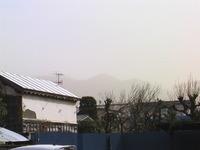強風で煙霧。