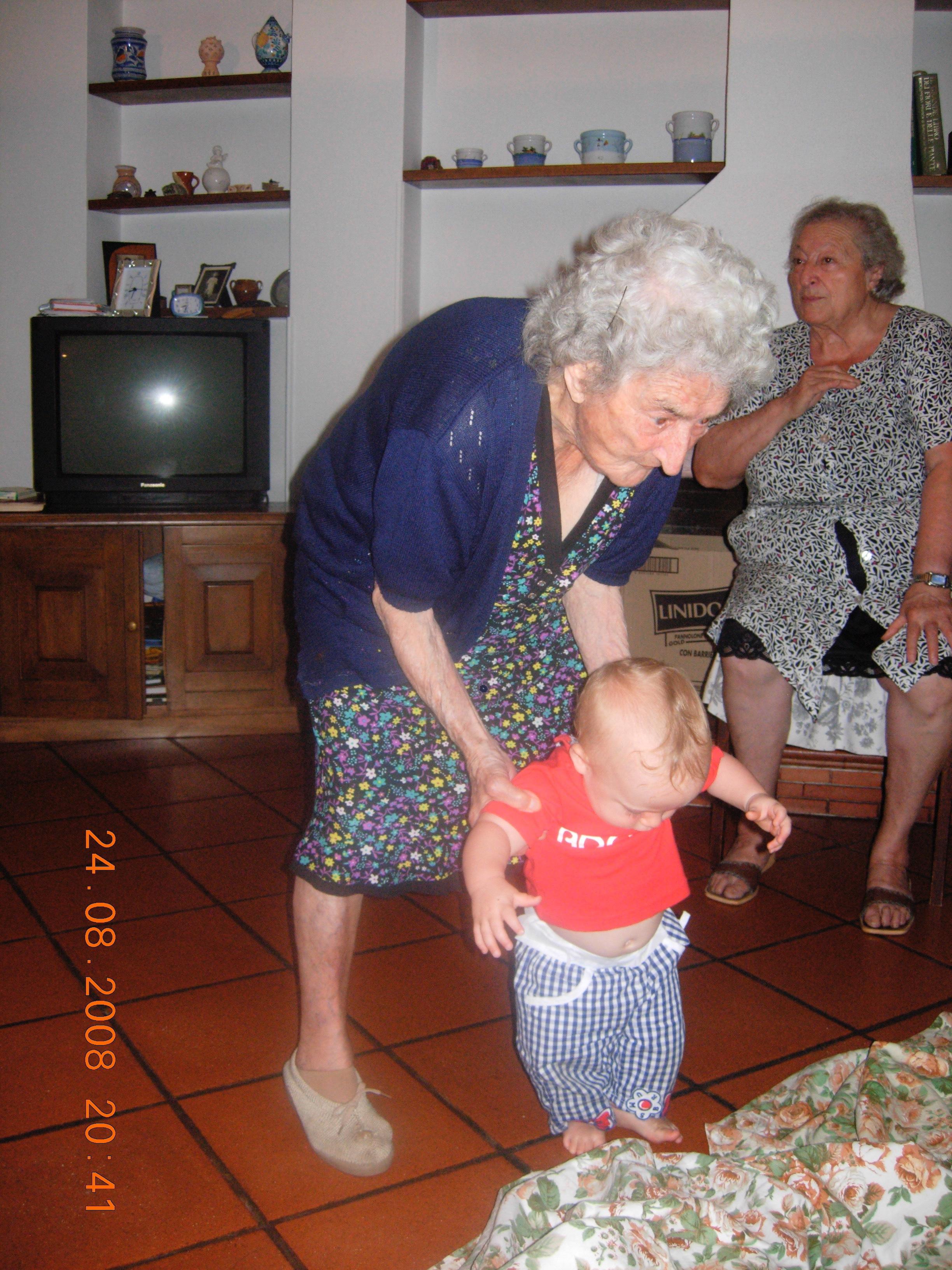 94歳でも元気にひ孫を世話する
