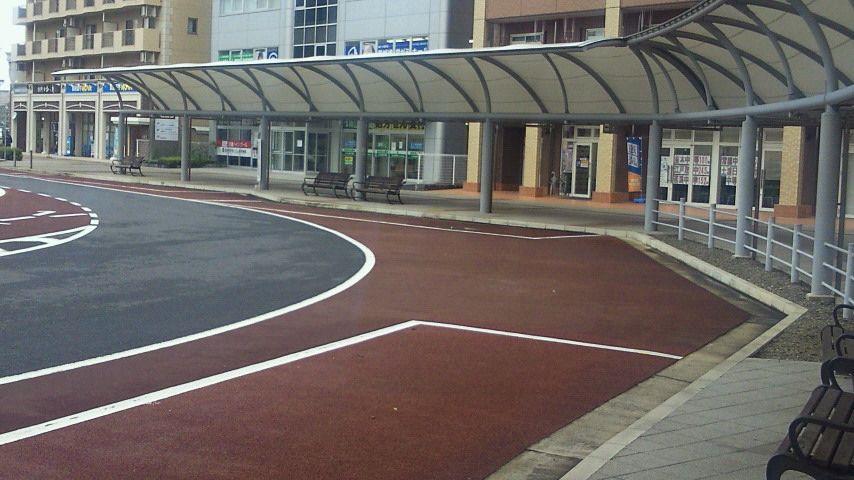 研究学園 駅前のバス停は、なんと同時に5台のバスが停まれる。