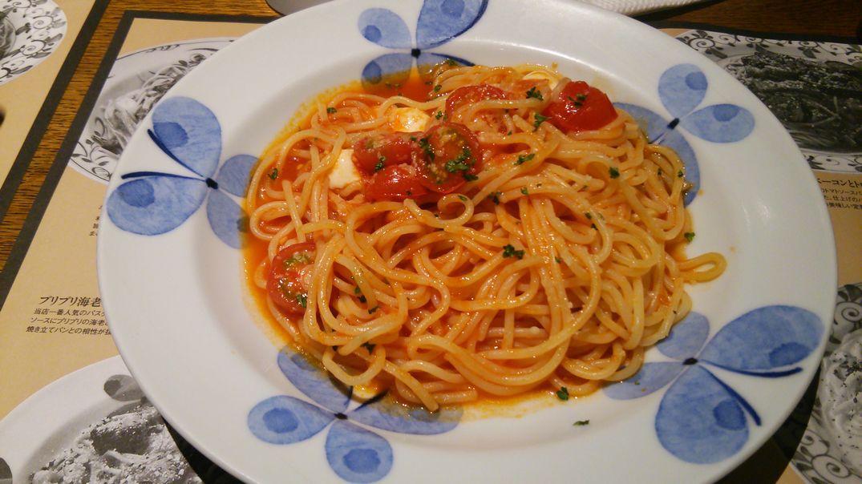 完熟プチトマトと熟成モッツァレラのトマトソースパスタ