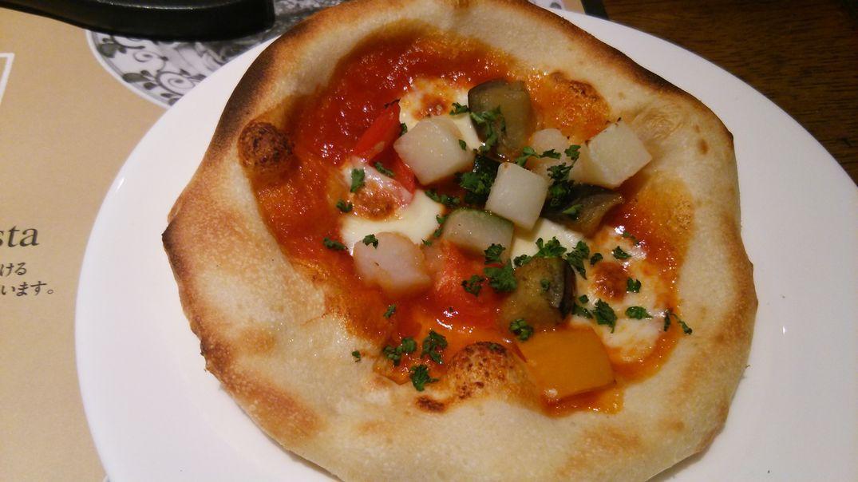 彩り野菜とモッツァレラのトマトピザ