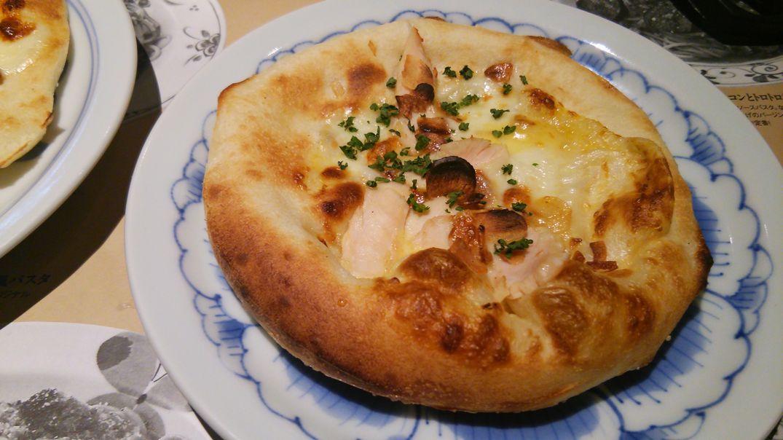 蒸し鶏のガーリック風味のクリームピザ
