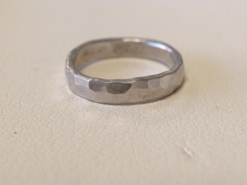 自分達で指輪を叩いて模様をつける、オンリーワンの結婚指輪作り!