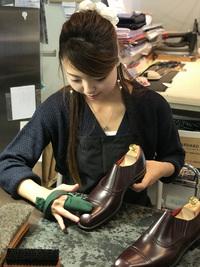 店内工房での靴磨き!