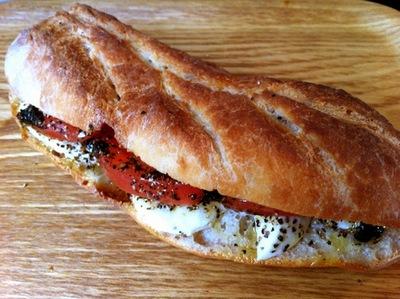 フレッシュモッツァレラとトマトのサンドイッチ