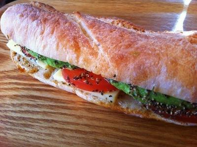 熟成チーズとトマト・アボカドのサンドイッチ