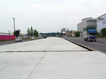 研究学園交差点 緑からコンクリートへ!