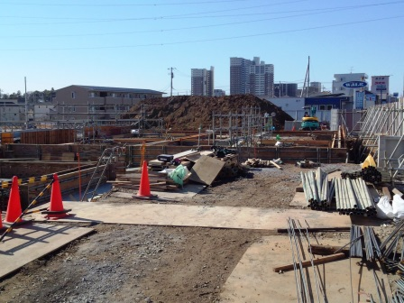 新都市中央通り沿いに中古輸入車専門店が建設中!
