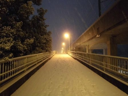 26cmの大雪で歩道橋がゲレンデに!