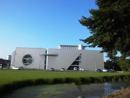 田園地帯と学園都市の境に未来的な建物が!