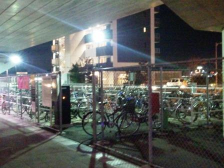研究学園駅前駐輪場には終電後でも自転車がいっぱい!