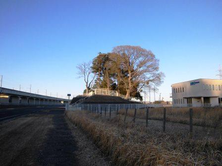 新都市中央通り沿い 万博記念公園駅近くの謎の丘!
