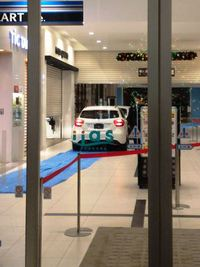 イーアスつくばの店内を本物の車が走り回る!