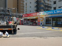 とりせん向かいのクリーニング店とコインランドリーの駐車場がコイン式になっていた!
