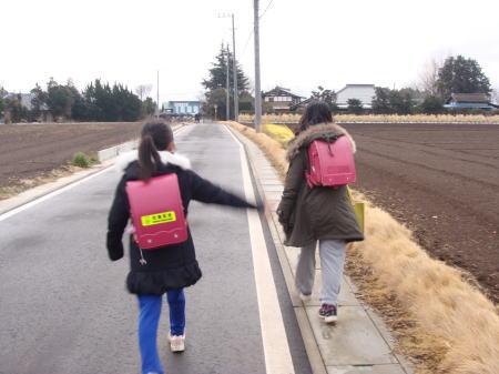 畑の道を通って登校しています