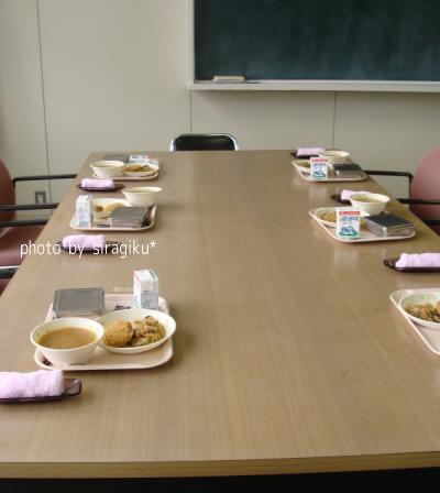 中学校の会議室で給食の試食