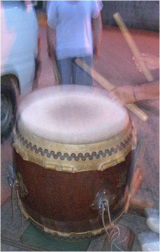 太鼓を打つバチさばき