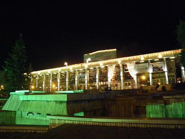 パザルジックで催された歓迎会の劇場