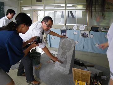 日大岩瀬校の生徒さんと 石彫刻