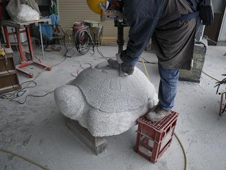 かめを彫る浅賀