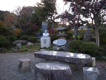 石の胸像がある庭