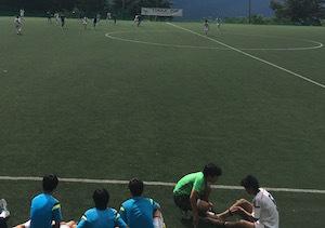 試合中に選手のケアをする藤本コーチ
