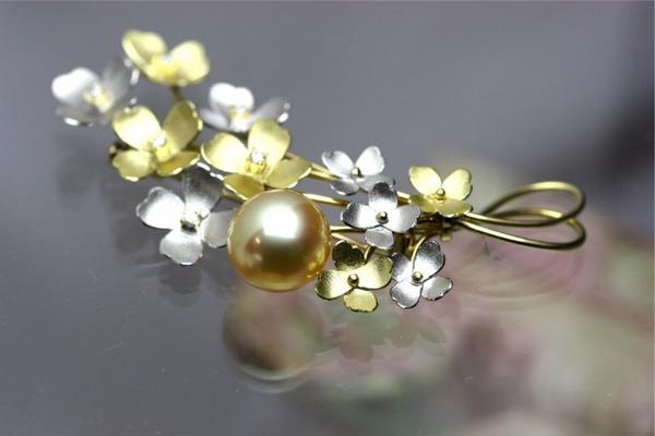 黄金色のパールブローチ