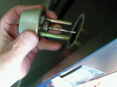 玄関のドアの鍵が壊れ出られません?!