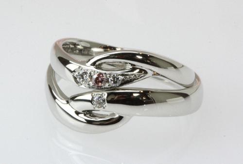 指をキレイにみせるV字の結婚指輪