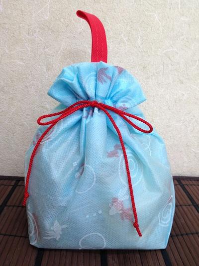涼しげな金魚の絵柄袋