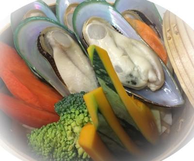 彩り野菜とムール貝の白ワイン蒸籠蒸
