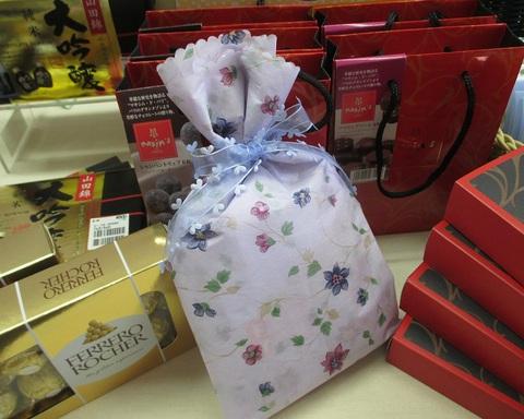 和紙のペーパーを使ったかわいいキャンディー包み