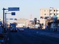 研究学園を東西に貫く幹線道路の西に見えるクレーンは!