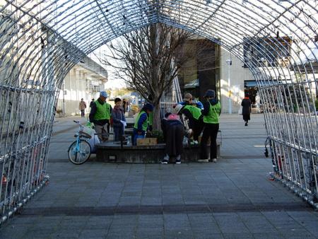 子供達が進んで研究学園駅前をきれいにしました!
