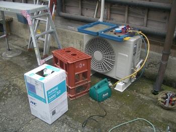エアコン修理にガスチャージ